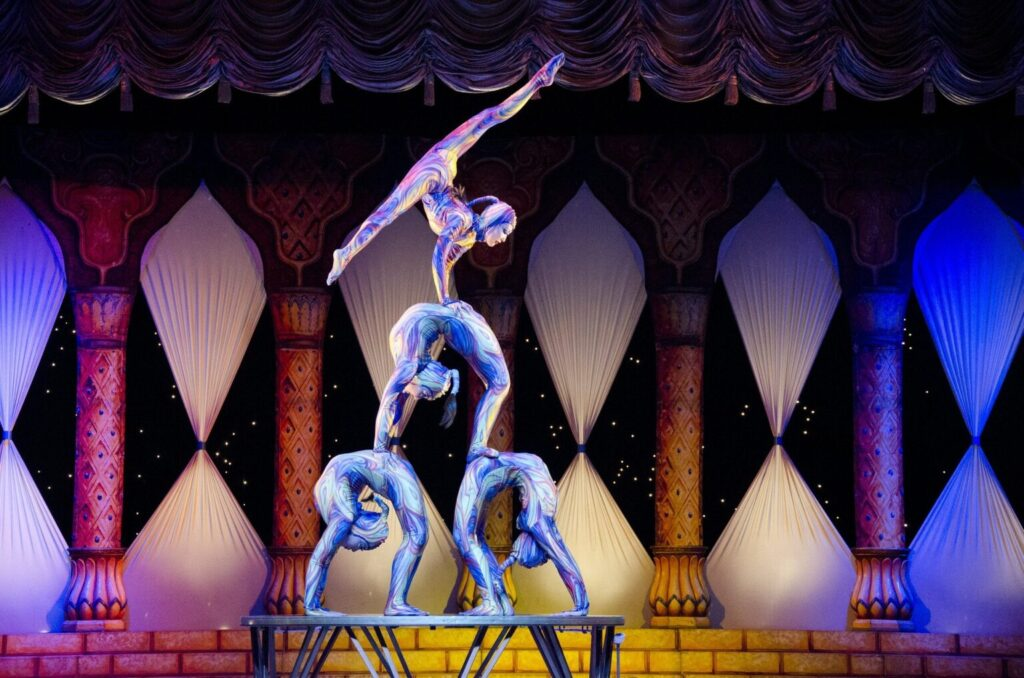 acrobats-412011_1920-1536x1017